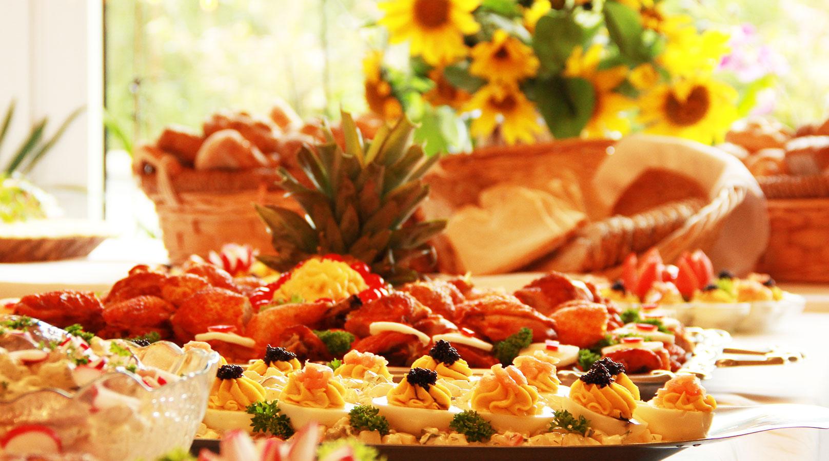 """Wir beliefern Sie auch """"Außer Haus"""" mit leckeren Spezialitäten. Stellen Sie sich einfach Ihr persönliches Menü zusammen oder bestellen Sie ein kaltes oder warmes Buffet ganz nach Ihren Wünschen. Wir liefern zu Ihnen nach Hause oder an Ihren Veranstaltungsort."""