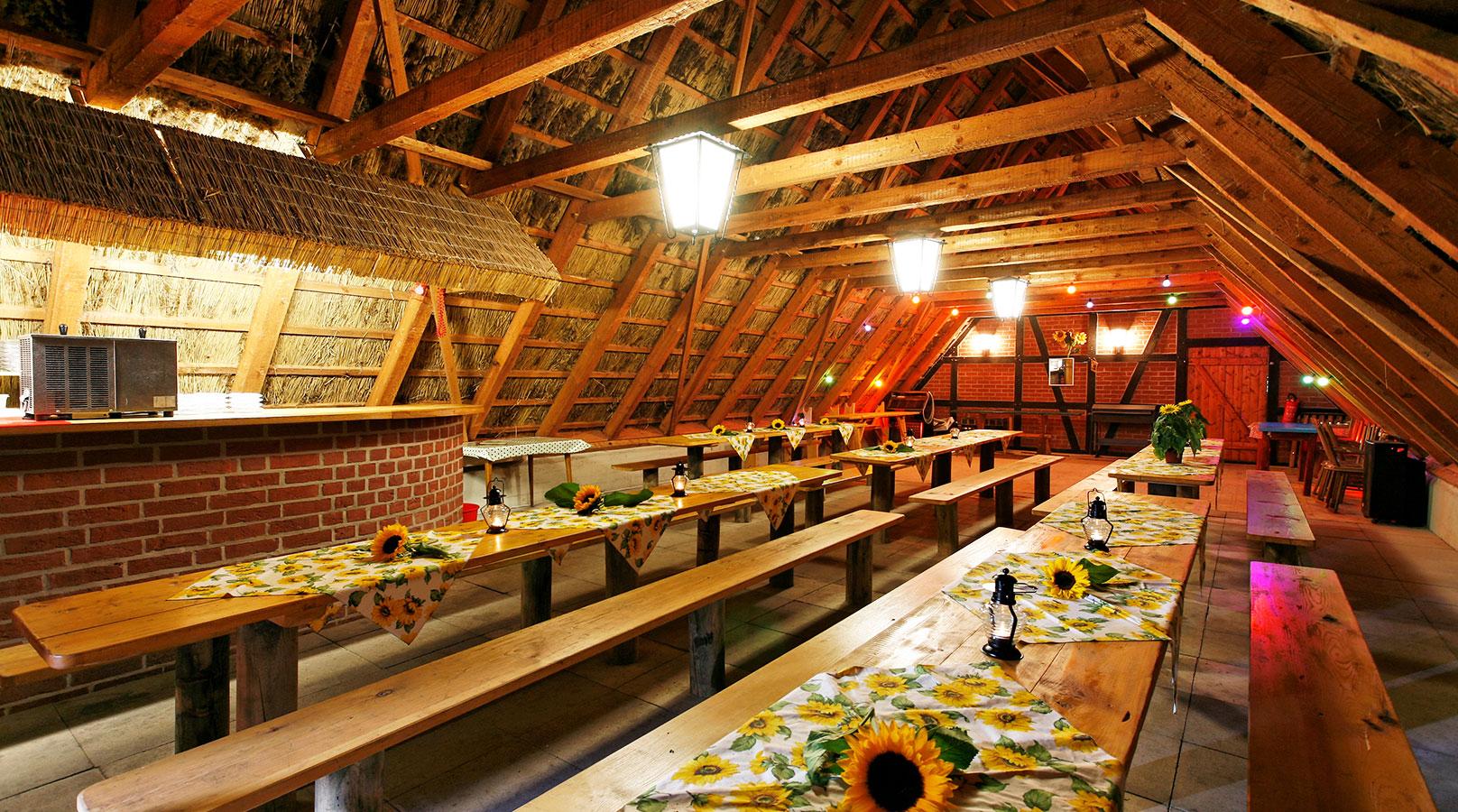 Der Schafstall in Ventschau - Viele Plätze innen und weitere Sitzplätze draußen - hier feiern Sie im rustikalen Stil . Der Schafstall verfügt auch über einen eingebauten Tresen mit Schankanlage und eine Tanzfläche. (Schafstall Lüneburg)